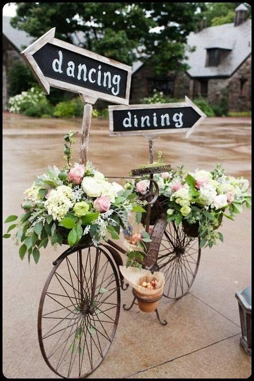 Si tu boda es de día utiliza bicicletas de herrería con arreglos florales como esta.