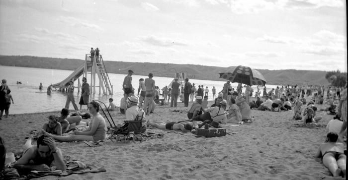[People on Katepwa Beach]   saskhistoryonline.ca