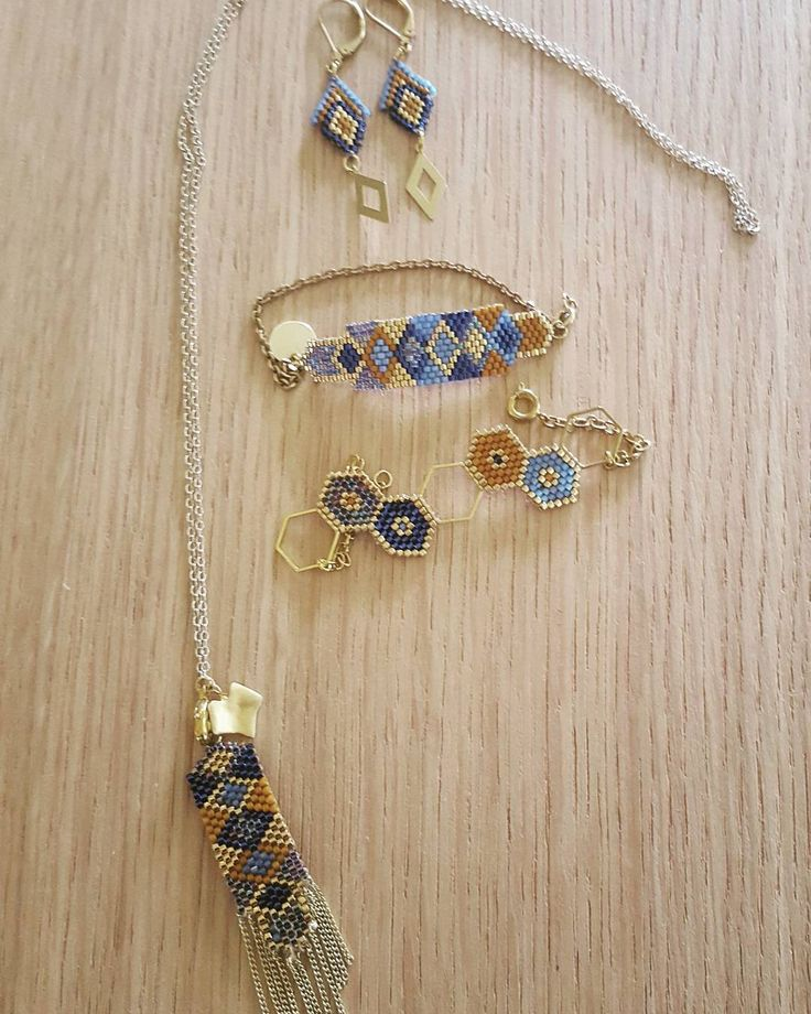 Ensemble bleu et camel , pendentif façon #bijoux satellite de @manue_lj , boucles d'oreille, bracelets dont le modele de @lili_azalee #jenfiledesperlesetjassume #perlesandco #perlesaddictanonymes