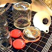 Potten voorbereiden 'Schone' jampotten, deksels weckpotten en flessen: Wassen in zeer heet (liefst kokend) water met 2 volle eetlepels soda.  Goed naspoelen met schoon heet water.  Op de kop op een schone theedoek zetten - Potten voorbereiden