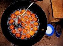 • Ingrédients 500 g haricots blancs secs ou 500 g de haricots blancs en boîte 1 oignon 1 gousse d'ail 1/2 verre de farine 1/4 c à café piment de cayenne sel, poivre 1/2 verre d'huile pour friture Sauce : 1 boîte de tomates pelées 1 gousse d'ail 2 c à s huile 1 pincée piment de cayenne • Préparation Préparation : 10 mn Cuisson : 10 mn