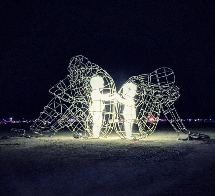 """Definita una delle più belle sculture mai realizzate al Burning Man, un festival che si tiene annualmente nello stato del Nevada. """" Love """" dell'artista ucraino Aleksandr Milov e rappresenta un'espressione della natura umana tra uomo e donna. Come potete vedere sono due adulti rannicchiati che si danno le spalle ma i bambini interiori che esistono in loro vogliono soltanto raggiungersi ed amare.  #TheBurningMan"""