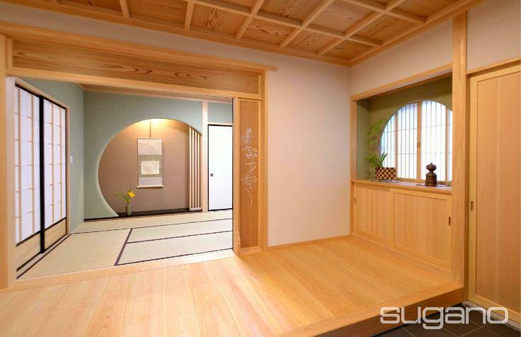 玄関の天井は格天井、床は桧板、正面に壁を円形に穿った床の間が見えます。 欄間は杉の中杢板です。 #和風建築 #和風住宅 #和風玄関 #菅野企画設計