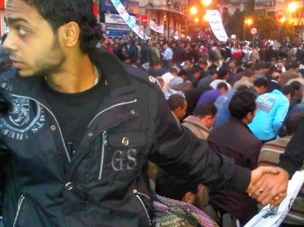 Simboli di pace: un cordone di cristiani fa scudo durante la rivolta egiziana alla comunità musulmana durante la preghiera.   (Credits: Nevine Zaki)