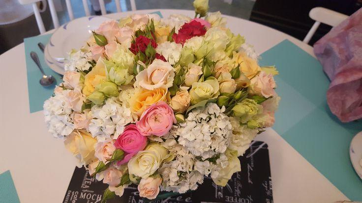 Esküvői asztaldísz pasztell színekben. | Ha te is szeretnél hasonlót, kérd ajánlatunkat: https://eskuvoidekor.com/viragdekoracio
