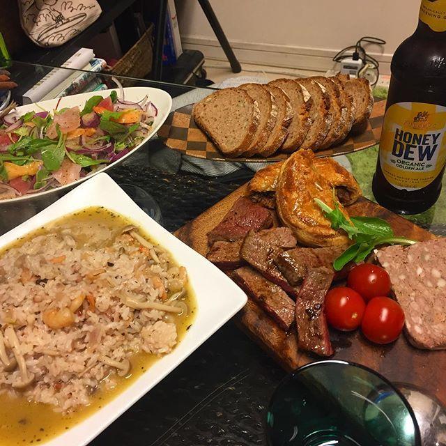 日曜日のお家御飯。あの頃は楽しかった。。 今日も頑張りましょ‼️ #魚介スープのリゾット#ビーフシチューパイ#パテドカンパーニュ#サラダ#肉#ビール#beer