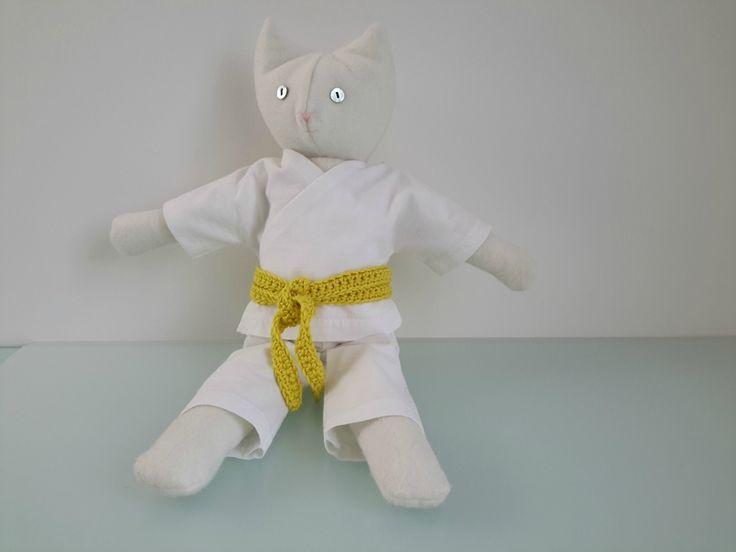 kimono de judo et ceinture jaune au crochet pour chat en peluche
