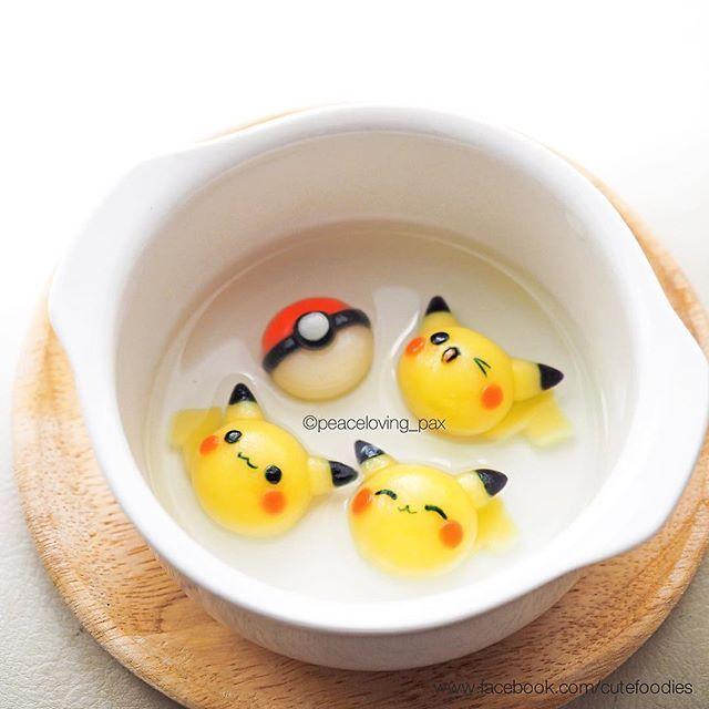 บัวลอยมุ้งมิ้งปิก้าจู  ระวังลวกปากค่า ลิ้งค์วิธีทำอยู่ในหน้าโปรไฟล์ค่ะ  Pikachu tang yuan The link of how to make deco tang yuan is in my bio☺️ https://www.facebook.com/media/set/?set=a.1630540607195188.1073741849.1587347448181171&type=3  #pikachu #pokemon #anime #manga #tangyuan #shiratama #dumplings #dessert #sweet #cutefood #kawaiifood #foodart #cutefoodies