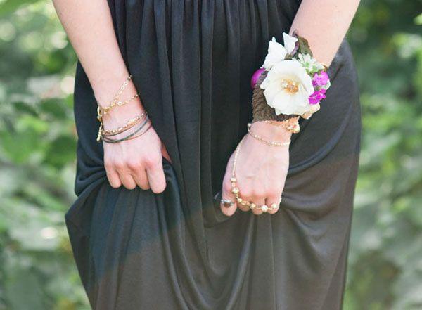diy floral corsage http://weddingwonderland.it/2015/08/decorazioni-bohemien-fai-da-te.html