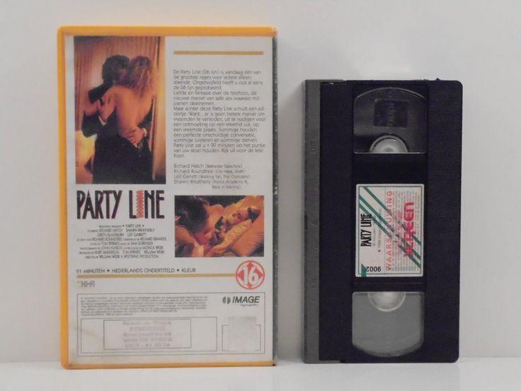 PARTY LINE (IMAGE ORGANIZATION, 1988), PAL VHS tape, VIDEO SCREEN, VIDEOSCREEN, 3M SCOTCH, LES PAYS-BAS, EUROPE E.U., #BeNeLux, #Eurostar, féminisme, #bougeotte, female portrait poses, lesbiennes, hipster girl fashion, #MeToo, riot grrrl, Jane BIRKIN style, Alice BAG, Irina Lăzăreanu, Natalie LIM SUAREZ, Natalie SUAREZ, Emily the Strange, #garçonnes, tenues indie, mode alternative, bohémien hippy, bangs long hair, cheveux longs à la frange, beauté gothique, nostalgie, #Valfre, #Volcom, Frye…