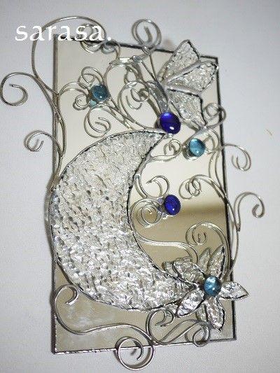 ステンドグラスの技法で制作したオリジナル溢れるタペストリー蝶と月と花をモチーフにワイヤーでアレンジしたデザインに♪バックとなるガラスを鏡にしたことで神秘的な作... ハンドメイド、手作り、手仕事品の通販・販売・購入ならCreema。