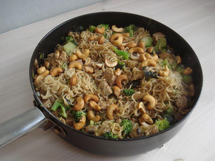 Noedels met broccoli, champignons, cashewnoten en tofu