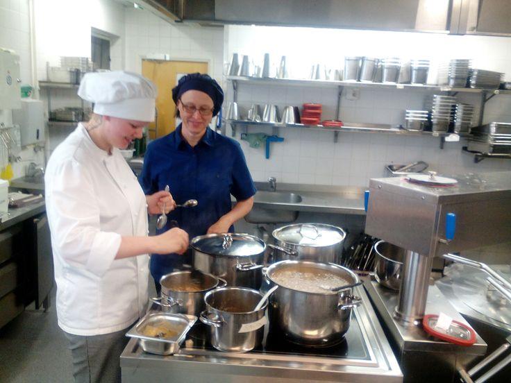 Laura valmistaa gluteenitonta possulihakastia, Anne on maistelemassa onko Lauran laittamat maut kohdallaan!