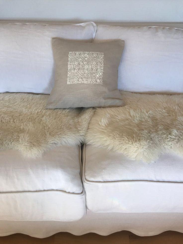 Handgemachtes Deko-Kissen aus beigem Leinen bedruckt im Shabby-Chic, Landhaus, vintage und Boho Stil