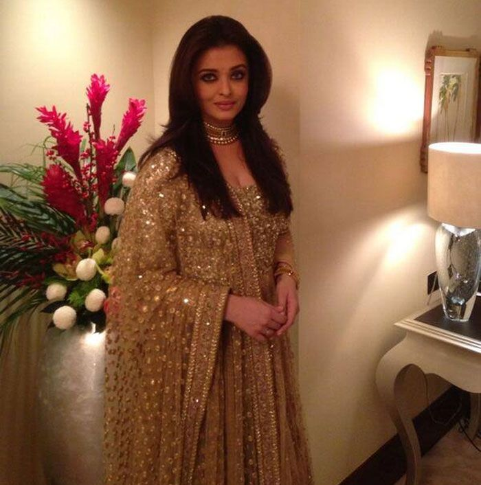 Bollywood beauty queen Aishwarya Rai Bachchan looked gorgeous in a heavy gold coloured Sabyasachi anarkali as she inaugurated a jewellery store in Dubai recently. The glittery outfit looked rich with the thread work and embroidery that made heads turn. Aishwarya paired the anarkali with a matching gold choker.