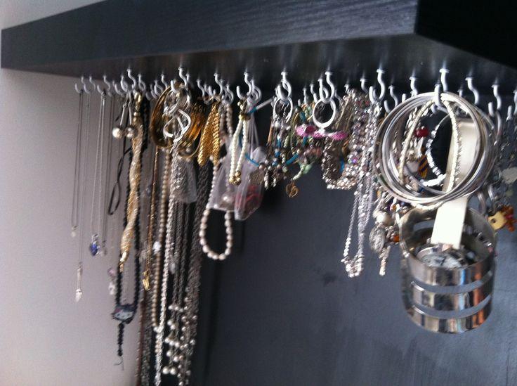 Repisa para collares aretes y anillos hecho por una for Ganchos para colgar