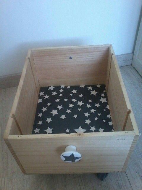 Caisse de vin transformée en coffre à jouet roulant★★★ Papier adhésif étoilé, roues grises, poignées fantaisie trouvés sur hema.fr