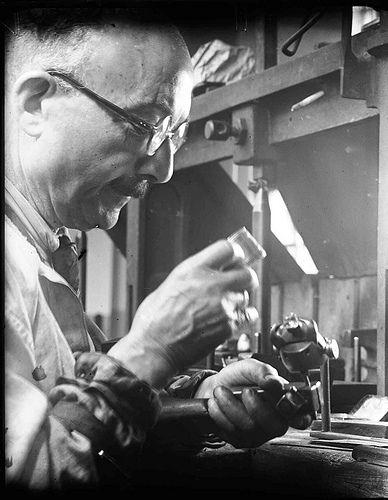 Diamantbewerker aan het werk in Diamantslijperij Asscher, Tolstraat, Amsterdam, juli 1946