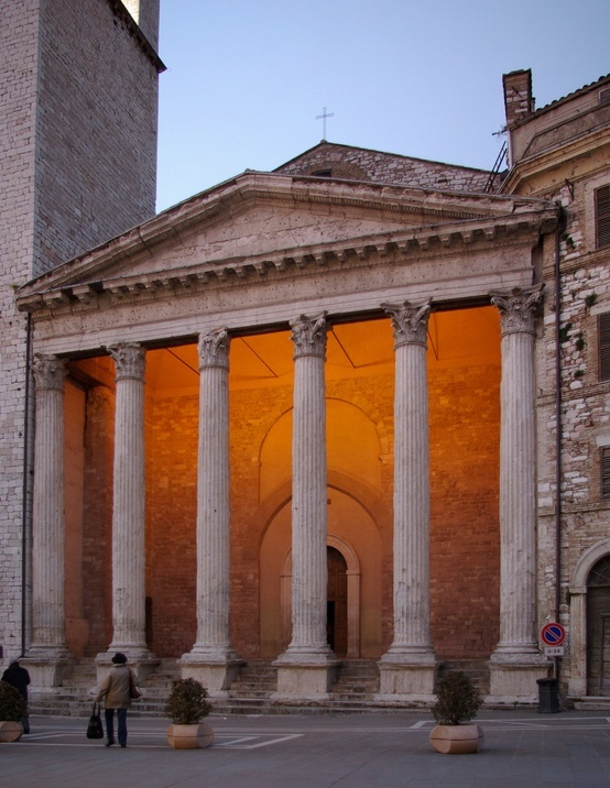 Roman Temple of Minerva in the middle of Assisi: tempio di Minerva, piazza del Commune http://www.homeinitaly.com/luxury-villas-umbria.php