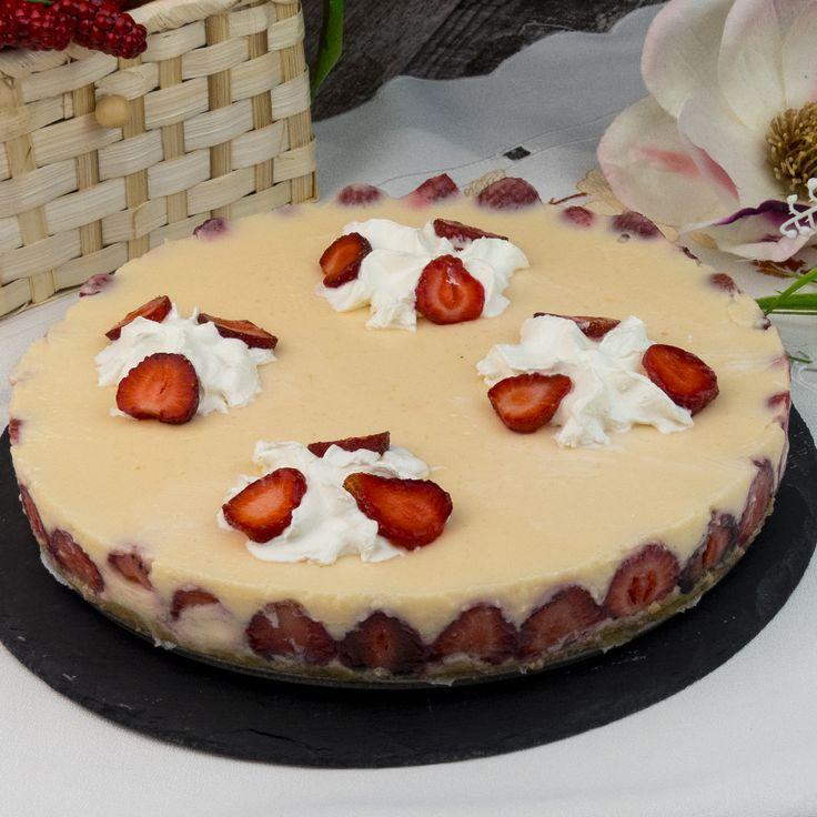 Prăjitura cu iaurt din piersici și căpșuni este un desert ideal pentru zilele toride de vară. Combinația dintre iaurt și căpșuni este mai mult decât perfectă. Îi conferă prăjiturii o aromă superbă, un gust apetisant