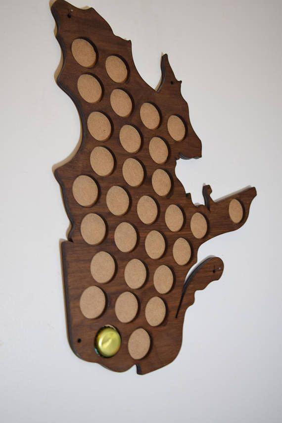 Carte du québec en bois pour capsules de bière en noyer ou en