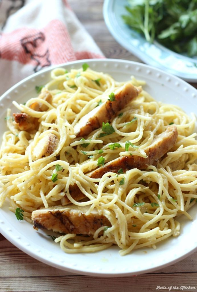 This Cheesy Garlic Chicken Spaghetti is a quick and yummy one-pot meal! Made with juicy chicken and no-boil pasta, this easy dinner is ready in 10 minutes! #ad #EverydayEffortless