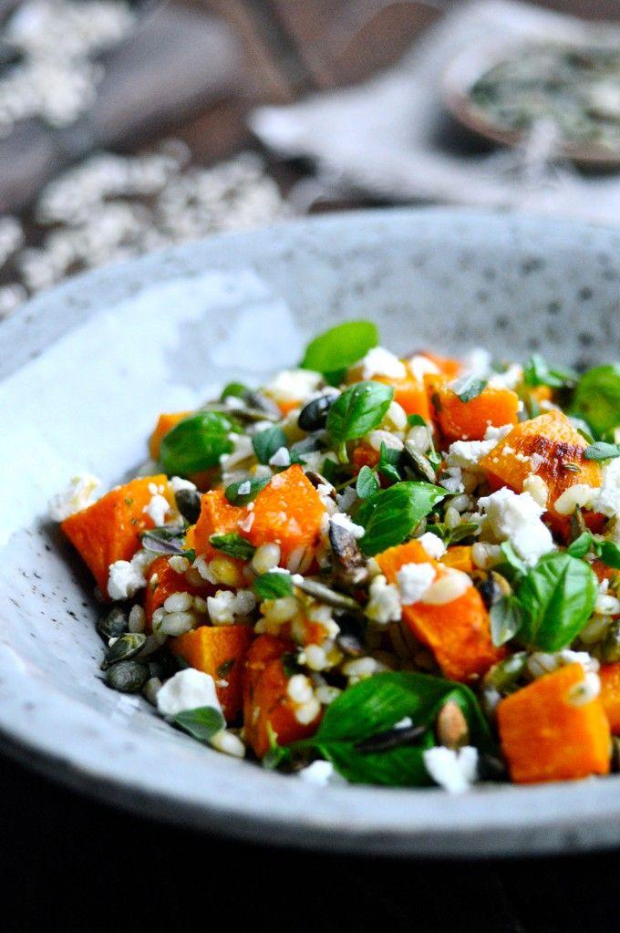 Super lækker og nem salat med bagt græskar, feta og ristede græskarkerner. En super skønt efterårssalaten, som pynter på middagsbordet.