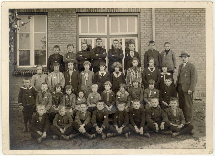 Martien Giebels: Schoolfoto St. Antoniusschool, Heusden (gem. Asten). Jaartal: ???. O.a.: Driek van Loon (3), Harrie Verberne (Canada)(6), Drieka Verhoijsen? (later getrouwd met Janus Vinken)(11), Jo Rovers (als jong meisje in Heusden komen wonen)(12). Meester Vorstermans (18), Miet Verberne (26), Mien Verberne (27), Piet Verberne (32), Has Hurkmans (33), Wim Verberne (37).