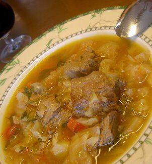 Τα Υλικά που θα χρειαστείτε  500 γρ. κρέας μοσχαρίσιο ή χοιρινό ένα μέτριο λάχανο ψιλοκομμένο λίγες πατάτες κομμένες σε πολύ μικρά κομματάκια 2-3 καρότα ένα μέτριο κρεμμύδι ψιλοκομμένο μία καυτερή πιπεριά αλάτι (όσο πάρει) 1-2 τομάτες λιωμένες στο μπλέντερ  Εκτέλεση Σε μία κατσαρόλα τσιγαρίζουμε το κρεμμυδάκι μέσα σε ελαιόλαδο, μέχρι να ροδίσει. ...