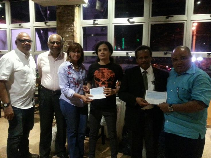 Músico Camilo Fulcar Rijo recibe donativo de RD$100 mil para su tratamiento médico