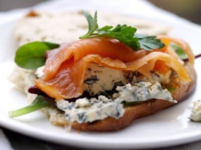 Smoked salmon and blue cheese (selbu blå) on bread. #roeykelaks #laks #blaamuggost #ost #cheese #selbu_blaa #lunsj #forrett #appetizer #lunch #kvelds #fish #fisk