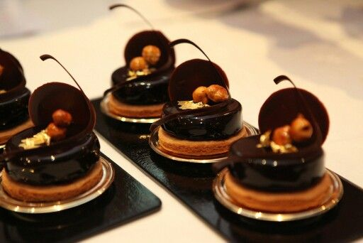 Craquant au chocolat noir et fève tonka, caramel mou et noisettes caramélisées. Création Gilles Marchal.