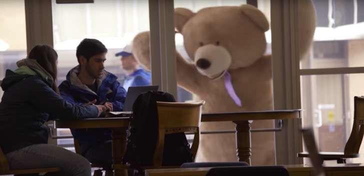 Este gigante oso de peluche cobra vida y reparte amor por toda la ciudad para celebrar San Valentín