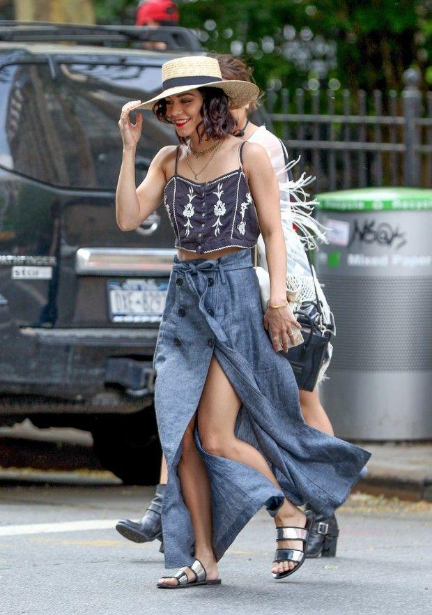 Look casual  boho da Vanessa Hudgens com essa saia jeans com botões frontais super atual.