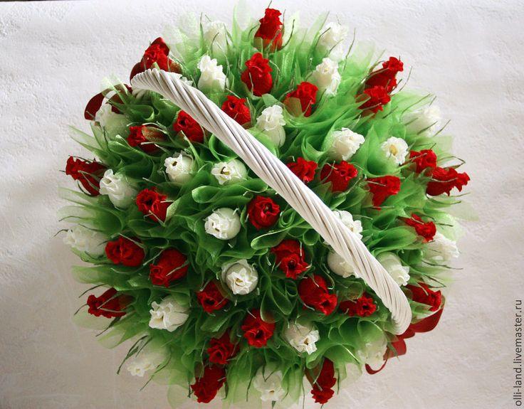 Красивые букеты, букеты роз в корзинке из гофрированной бумаги с конфетами