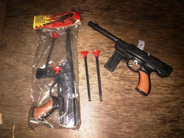 Mainan jadul pistol doblis gulung ukuran besar. Material plastik, made in hongkong. Selain meletus jika ada pelornya, juga ada peluru lontarnya.