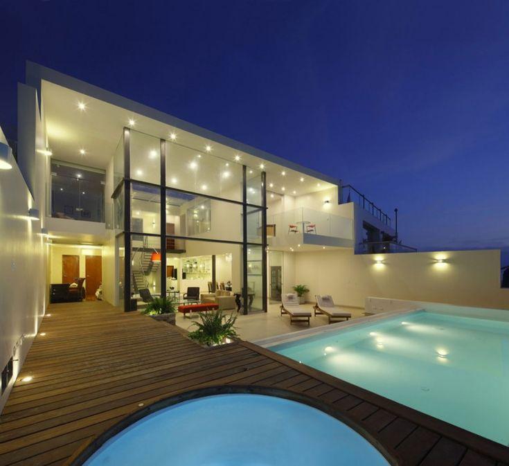 Cristal House is an elegant home designed by Gómez De La Torre & Guerrero.