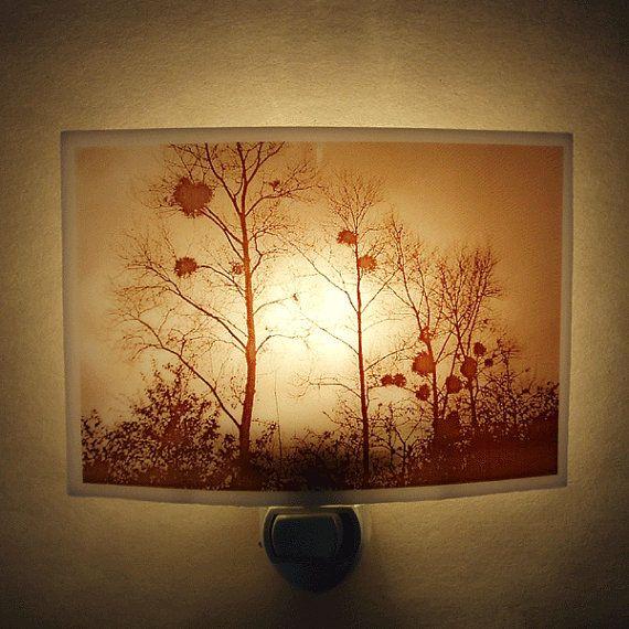 Bäume im Winter-Nacht-Licht.. .in die französische Landschaft in Burgund...  Gedruckt auf einer 2 3/4 x 4 3/8 Stück weiße Kunstglas, gefeuert und leicht sank. [die Lampe von der Seite nicht angezeigt werden]. kommt mit einer 4/7-Watt-Glühbirne Das ursprüngliche Bild wurde gedruckt auf weißem Kunstglas mit einem Eisen-Oxid-Toner und bis 1400F gefeuert. Wegen dem Eisen... das Abbild am Ende Sepia/rötlich. Wir können andere Farbe Glas auf Anfrage.  Variation: Fügen Sie schwenkbare rotierende…