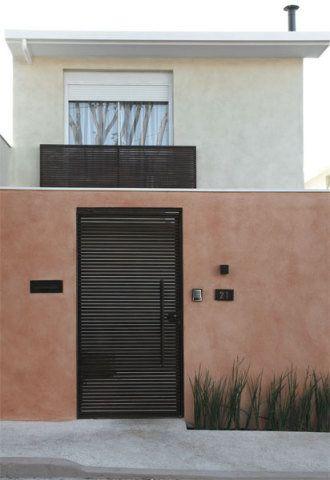Gisele projetou janelas e portas maiores, mas providenciou muros que resguardassem a casa. O da frente tem 2,60 m de altura e o lateral cresceu de 2 para 2,60 m – ambos foram revestidos de Terracal (Terracor). O portão, os acessórios da fachada (número e caixa de cartas) e o guarda-corpo do terraço são de ferro oxidado (Resende Estruturas).
