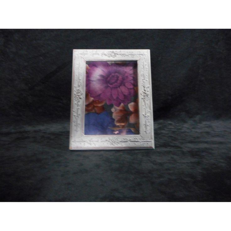 Cadre photo en bois 5x7 avec finition de type ancestrale. Bosselure '' bouquet de fleurs ''.  Pièce UNIQUE.