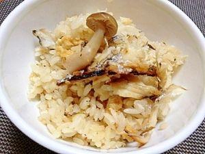 「さわらとシメジの炊き込みご飯」だし汁代わりに麺つゆを使って、さわらやシメジから出る旨みダシもプラスされてとてもおいしい炊き込みご飯が簡単にできます。【楽天レシピ】