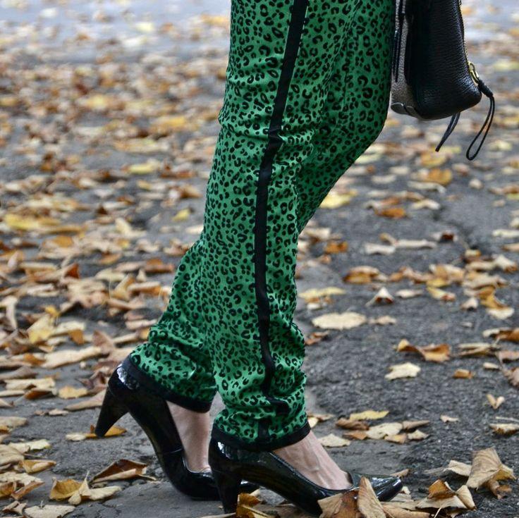 Molto particolari ma di grande effetto. I pantaloni leopardati in verde sono sicuramente uno dei capi più interessanti della collezione aw 2013-14 del brand ferrarese Lerock.