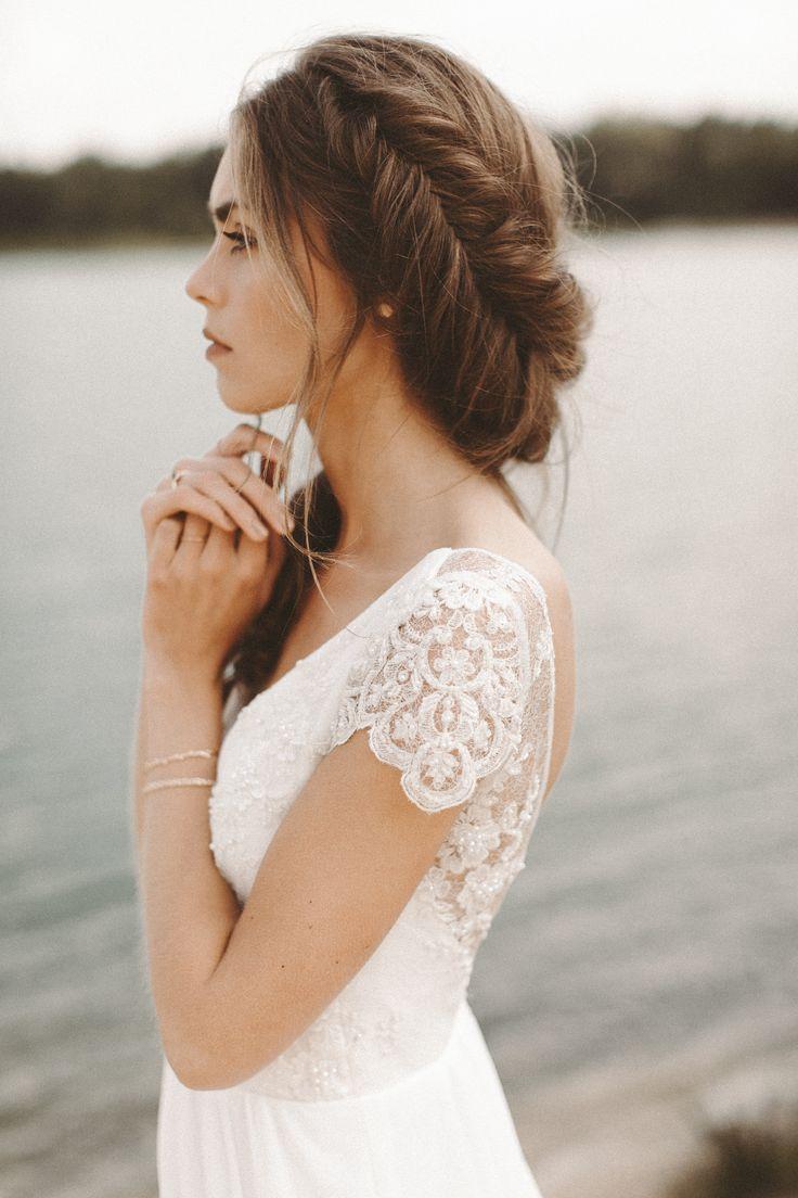 Fließendes Brautkleid Spitze Rückenausschnitt Boho Hochzeitskleid Vintage Brautfrisur Pflechtfrisur