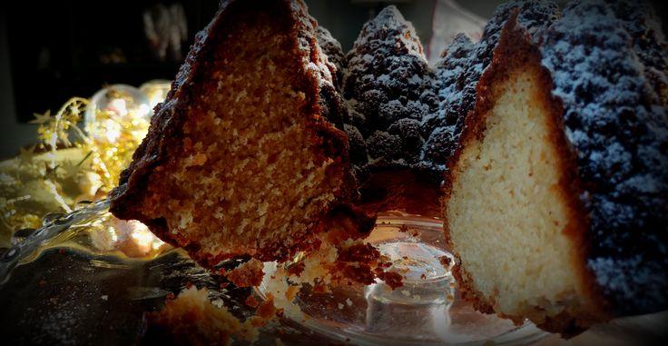 Ένα πολύ εύκολο και πολύ νόστιμο κέικ γεμάτο από το άρωμα της κανέλας και του γαρύφαλλου, πασπαλισμένο με ζάχαρη άχνη για τα πιο γευστικά μας Χριστούγεννα.