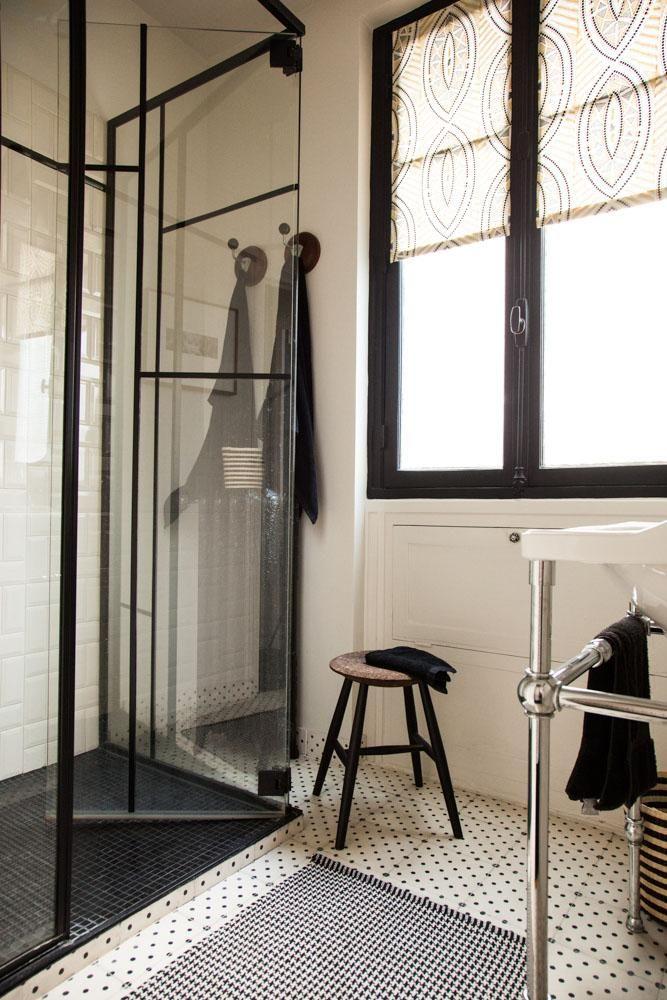 Une salle de bain élégante en noir et blanc chez Anne-Sophie Pailleret