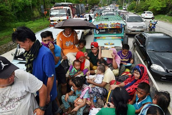 Miles de residentes en la ciudad de Marawi, Filipinas, huyen de los enfrentamientos armados entre las fuerzas gubernamentales y los militantes vinculados a Daesh. Visite nuestra página y sea parte de nuestra conversación: http://www.namnewsnetwork.org/v3/spanish/index.php  #nnn #bernama #malasia #malaysia #filipinas #philippines #news #noticias #violencia #marawi #asia #sea