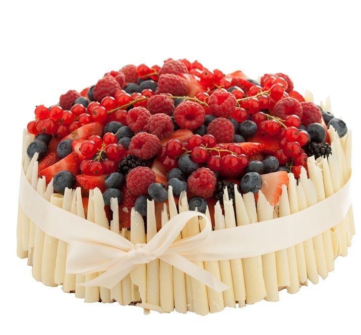 Speciální dort 14 Speciální dort dozdoben čokoládovými ruličkami, čerstvým ovocem a saténovou stuhou.
