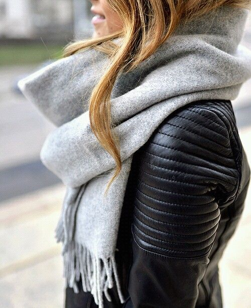 Big scarf! I love it, because it warm, it look goed and it's fluffy