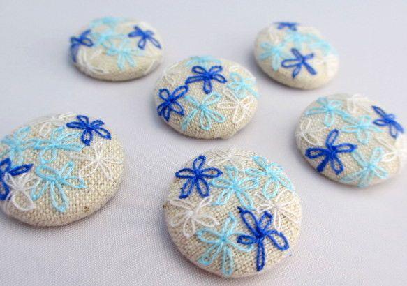 ブルー系の糸でお花刺繍を施した、くるみボタンのセットです。 ボタンの大きさは、22mm。全て同じ大きさのボタン6個セットです。コットン100%のベージュの記事...|ハンドメイド、手作り、手仕事品の通販・販売・購入ならCreema。