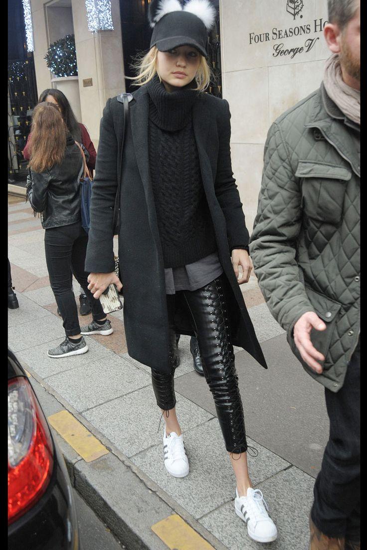 pantalones de cuero, de Line & Dot; camiseta de algodón, de Charlotte Simone; jersey, de Nili Lotan; abrigo, de Theperfext; zapatillas, de Adidas Originals; y, bolso, de Karl Lagerfeld.